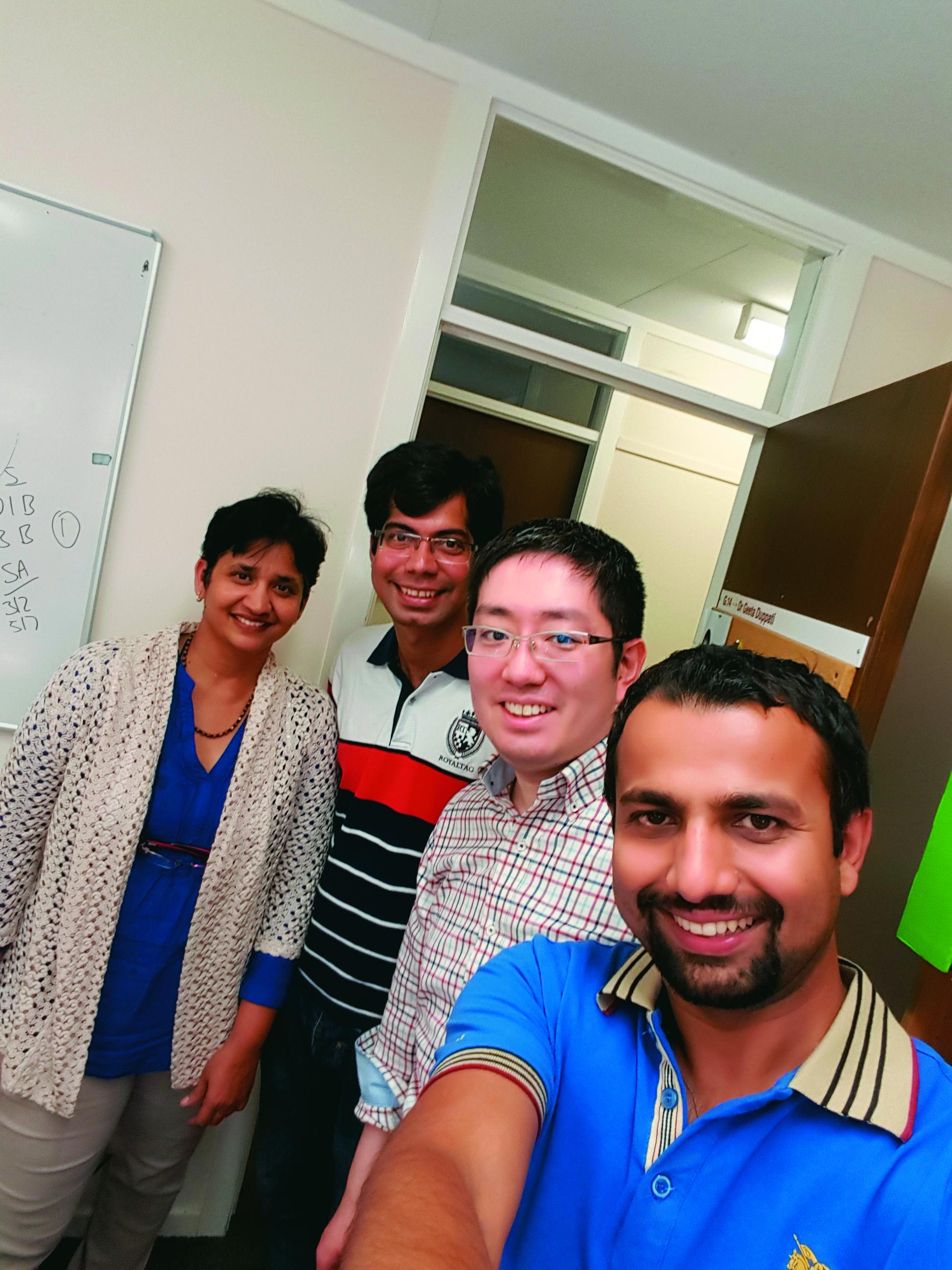ワイカト大学(ニュージーランド)の研究室にて:共同研究者のDr. Geeta Duppati(左端)と研究室内の大学院生と一緒に